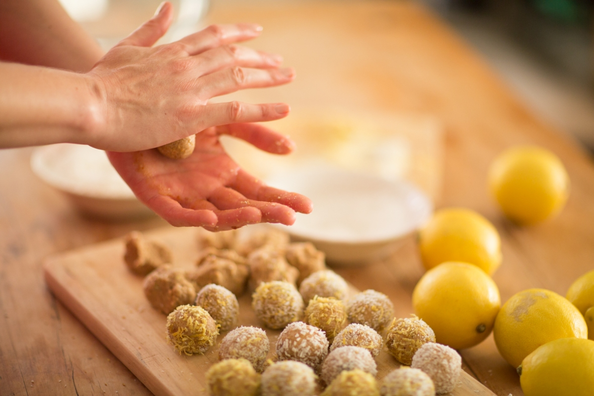 Friassuperfoods_lemon_bliss_balls_rolling_hands